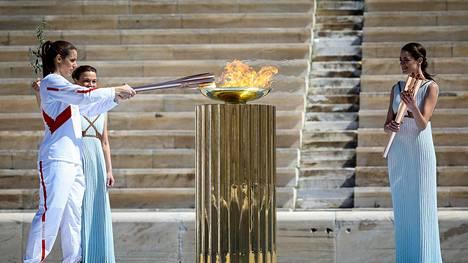 Olympiatulen saapumisen piti olla perjantaina juhlava tilaisuus, mutta esimerkiksi suunnitelma 200 koululaisen osallistumisesta seremonioihin hylättiin.