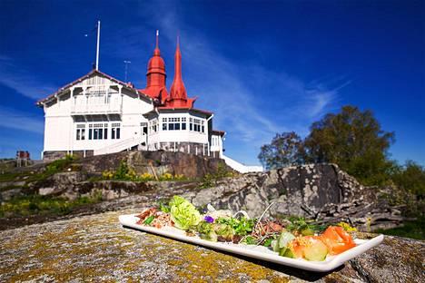 Taustalla näkyy upea jugend-rakennus, jossa ravintola toimii.
