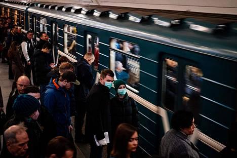 Osa Moskovan metron käyttäjistä on varustautunut hengityssuojaimin. Moskovalaisia on myös kehotettu välttämään julkisen liikenteen käyttöä ruuhka-aikoina. Kuva on tiistai-iltapäivän ruuhka-ajalta.