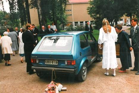 1987 Antti Rinne parhaan ystävänsä Jukka Tuomin häissä. Bestmanin virkaa hoitanut pääministeri pääsi hääauton takapenkille kihlattunsa Tiinan kanssa.