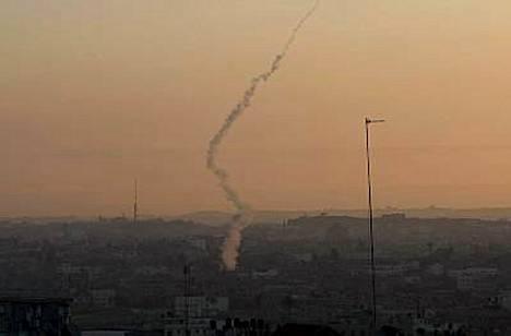 Palestiinalaiset jatkavat myös Israelin pommittamista.