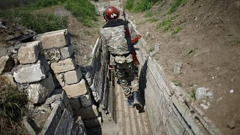 Armenialaissotilas käveli Vuoristo-Karabahin raja-alueella huhtikuussa 2016. Arkistokuva.