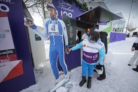 Jelena Välbe ihasteli Lahden MM-kisoissa 2017 Juha Miedosta tehtyä pahvikuvaa...