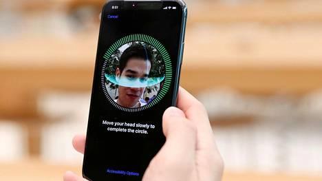 Singaporelainen Apple-käyttäjä viritti iPhone X:n Face ID -tunnistusta kohdalleen perjantaiaamuna.
