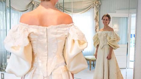Vei 200 työtuntia, ennen kuin repaleinen puku saatiin entisöityä näin upeaan kuntoon.