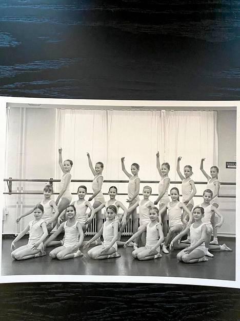 Anitra Ahtola tanssi vuosia Kansallisoopperan  balettikoulussa. Ahtola kuvassa takarivissä vasemmalla.