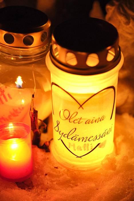 Matti Nykäsen haudalle oli jätetty koskettava viesti kynttilöineen.