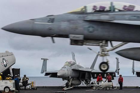 Hornet-hävittäjä kuvattuna lentotukialus USS Harry S. Trumanin kannella marraskuun alussa Naton suursotaharjoituksen yhteydessä.