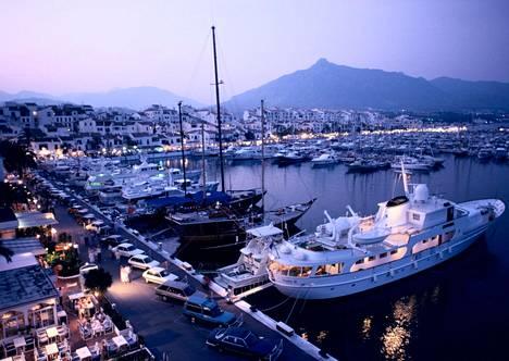 Espanjan Marbella tunnetaan rikkaiden ihmisten leikkikenttänä. Kuvassa Puerto Banus.