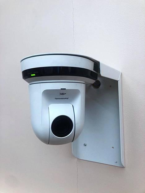 Talosta löytyy pieniä valkoisia kameroita niin kylpyhuoneesta, makuuhuoneesta kuin saunastakin.