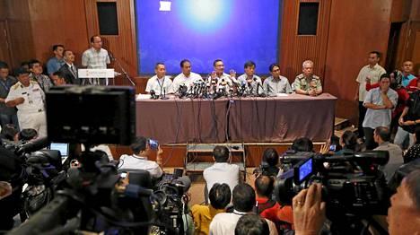 Tietoja kadonneen lentokoneen mysteeristä on julkistettu useissa tiedotustilaisuuksissa Malesiassa. Toistaiseksi varmaa tietoa lennon kohtalosta ei ole.