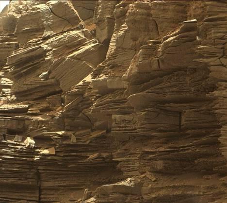 Nasan mukaan Marsin historia on kirjoitettu hiekan hiomiin kivimuodostelmiin.