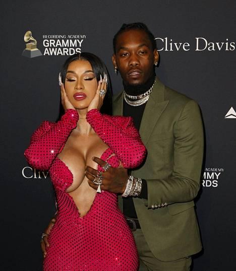 Cardi B vitsaili sosiaalisessa mediassa, että hänen miehensä koski hänen rintamustaan, koska hänen rintansa eivät pysyneet iltapuvun sisällä.