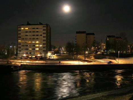 Superkuu Oulun yllä klo 03.