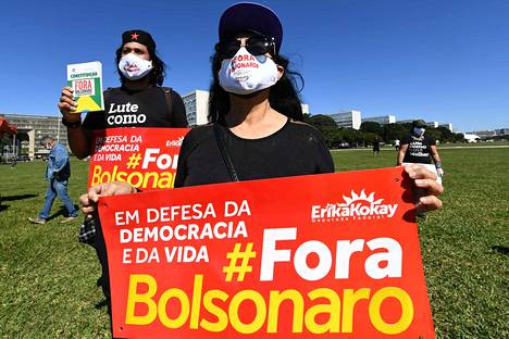 Mielenosoittajia vastustamassa Bolsonaroa.