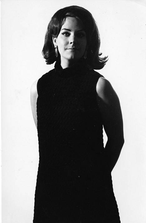 Seija Simola nuorena. Hän esiintyi viimeisen kerran televisiossa ohjelmassa Neljän tuulen tiellä vuonna 1995.