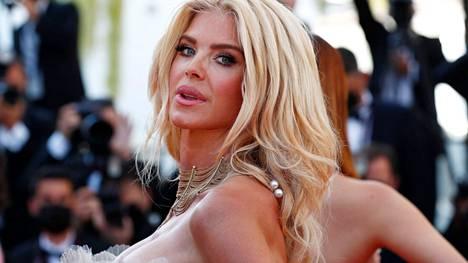Victoria Silvstedt saapui Cannes Film Festivalin punaiselle matolle.