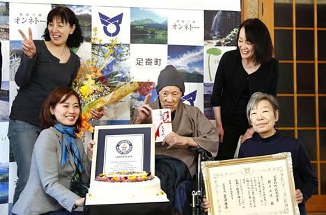 Masazo Nonaka poseerasi tilaisuudessa myös perheenjäsentensä kanssa.