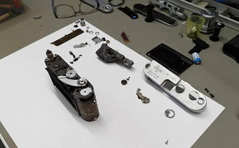Arvokkaampiin kameroihin kuuluva Leica M3 on päässyt huoltopöydälle.