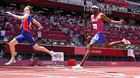 Karsten Warholm (vas.) ennätti Puman superkengillään Niken versioilla juoksevan Rai Benjaminin edelle. Molemmat ylsivät käsittämättömän kovaan aikaan Tokion mondolla.