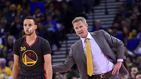 Steve Kerr (oik.) on saanut Stephen Curryn MVP-vireeseen.