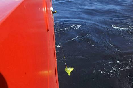Mustien laatikoiden paikannussignaalia yritetään etsiä nyt laivan perässä vedettävällä TPL-25-laitteella.