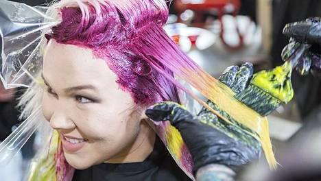 Hiusmallien hiuksia värjättiin kansainvälisten kampaajien käsissä Suomessa huhtikuussa.