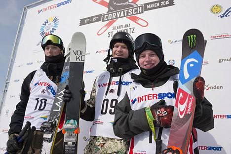 Andri Ragettli (vas.) voitti vuonna 2015 slopestylen maailmancupin kokonaiskilpailun. Kuvassa myös norjalaislaskija Felix Stridsberg-Usterud (kesk.) ja Svetsin Luca Schuler.