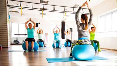 Tehokkaita tasapainon täsmätreenejä ovat seisominen yhdellä jalalla, istuminen tasapainopallolla ja kävely kapeaa linjaa pitkin kantapäiden osuessa varpaisiin.