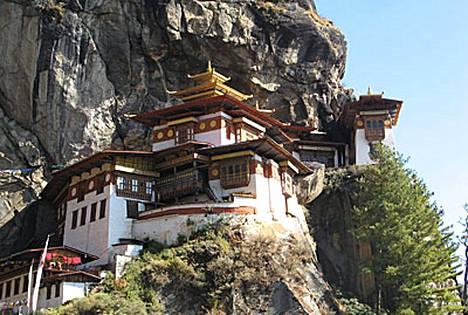 Tiikerinpesä-luostari on Bhutanin kuuluisin nähtävyys. Se on rakennettu kapealle vuorenkielekkeelle. Luostarista on maahan kilometrin suora pudotus.