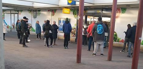 Myös Helsingin Kontulan Lidlin edustalle muodostui jono.