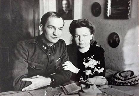 Erkki Matilaisen (1913-1986) ja Eila Rossin (1924-2002) kihlajaiskuva vuodelta 1943. Matilaisesta tuli sodan jälkeen taidemaalari, kuvaamataidon opettaja ja kouluneuvos. Rossi oli kotiäitinä neljän lapselle.
