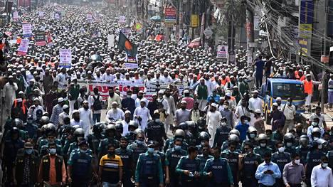 Ranskalaistuotteiden boikottia vaatineeseen mielenosoitukseen arvioidaan osallistuneen ainakin 40 000 ihmistä.