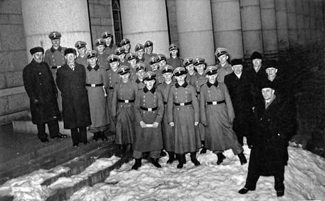Lomalla olevia suomalaisia SS-miehiä IKL:n eduskuntaryhmän vieraina.