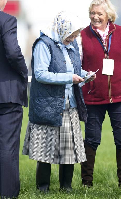 Kuningatar kikatteli leveästi palkintokuoren avattuaan.