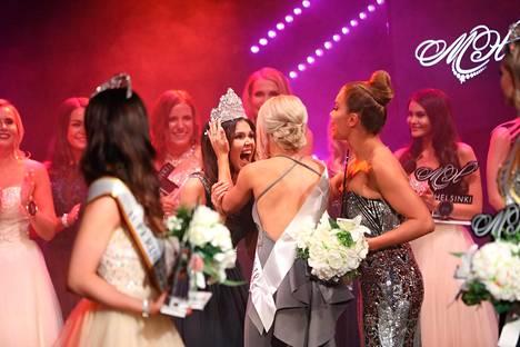 Tuore Miss Helsinki Nina Kallio onnensa kukkuloilla. Kruunun hänelle luovutti vuoden 2018 Miss Helsinki Janna-Juulia Vuorela.