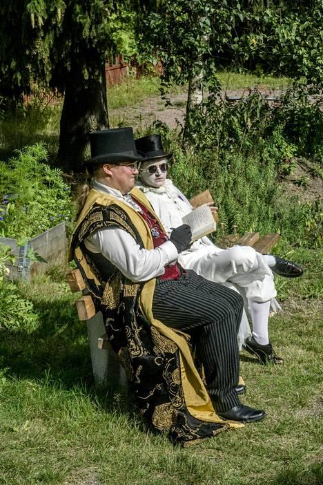 Velhokoulu-larppiin osallistuu aikuisia muun muassa opettajien ja taikahallituksen työntekijöiden rooleissa.
