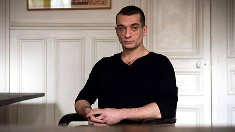 Videon vuosi julkisuuteen venäläinen performanssitaiteilija Pjotr Pavlenski, joka asuu nykyään Pariisissa.