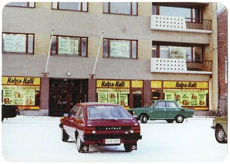 Halpa-Hallin ensimmäinen kauppa sijaitsi Kokkolan Rantakatu 21:ssä.