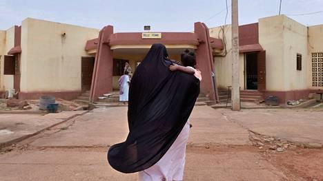 Naispuolinen vanki kantaa lastaan pidätyskeskuksessa Bamakossa.