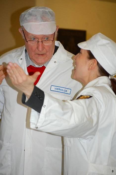 Ingvar Kamprad vieraili Olvin panimossa Iisalmessa marraskuussa vuonna 2007. Kuvassa Kamprad ja Olvin hankinta- ja vastuullisuusjohtaja Pia Hortling.