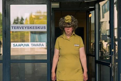 Jenni Kokander luo Rivo-Riitan räävittömässä hahmossa viiltävän kuvan yksinäisyydestä.