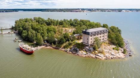 Hylkysaarella on entinen luotsikasarmi, jossa myöhemmin Suomen Merimuseo.