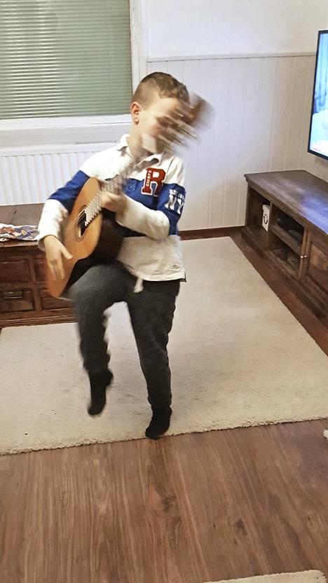 Kitaransoiton lisäksi Lemmy pelaa jalkapalloa espoolaisessa EBK:ssa.