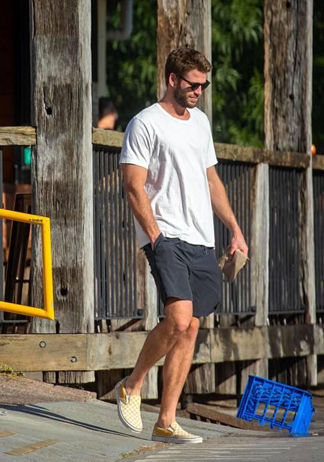 Liam Hemsworth on parhaillaan kotimaassaan Australiassa perheensä luona. Hän ei toistaiseksi ole kommentoinut avioeroa.