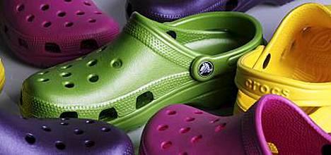 Madonna lahjoitti orvoille muovisia Crocs-kenkiä.