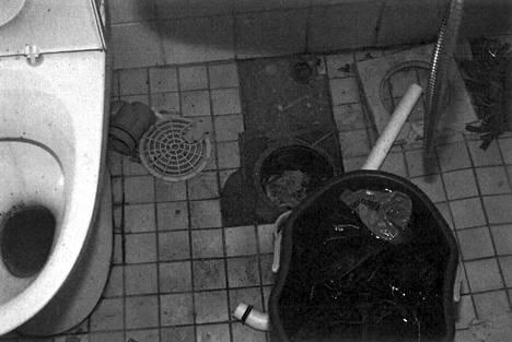 Vuokralainen oli tutustunut kylpyhuoneen hajulukkoon perusteellisesti.
