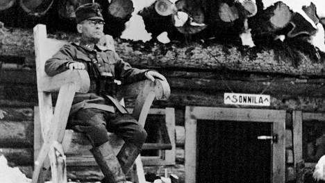 Erillinen Pataljoona 21:n komentokorsu Sonnila Stalinin kanavalla – ja Sonnilan isäntä Nikke Pärmi.