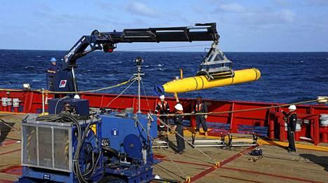 Meren pohjaa kartoittava Bluefin-21-sukellusrobotti nostettiin perjantaina veteen Ocean Shield -alukselta.