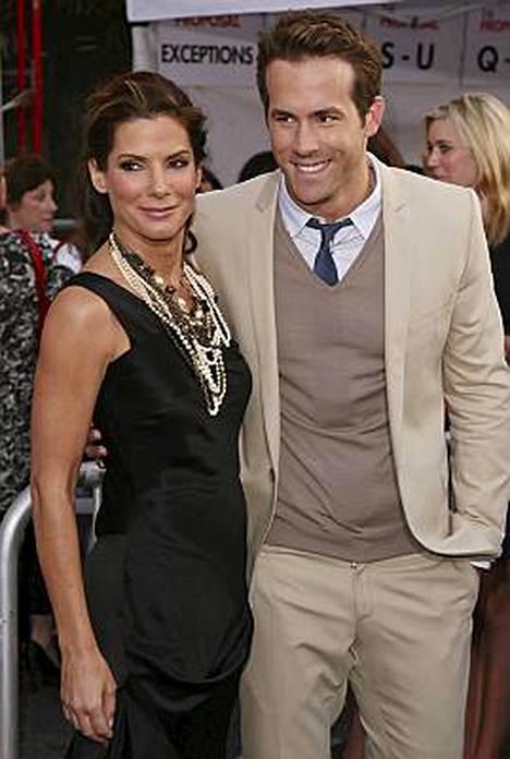 Sandra Bullock ja Ryan Reynolds tähdittävät 7. elokuuta Suomeen tulevaa Odottamaton ehdotus -elokuvaa.